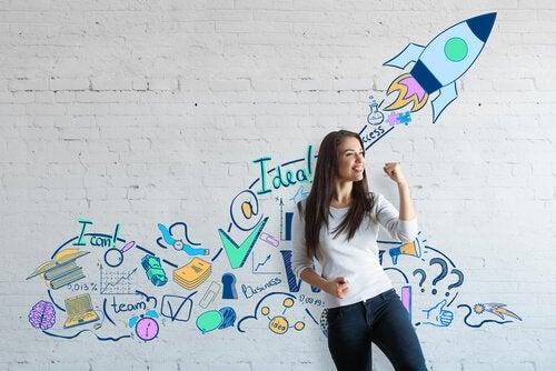 Begejstret kvinde foran en mur