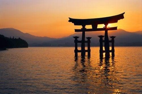 Bjerge og sø ved solnedgang