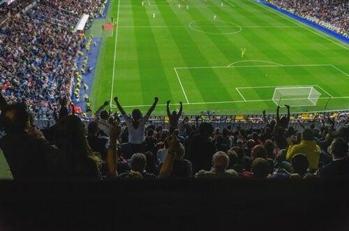 Tilskuere hepper under en fodboldkamp