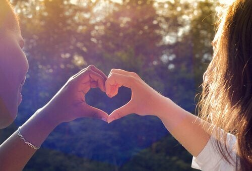 Veninder danner hjerte med hænder og illustrerer sunde venskaber
