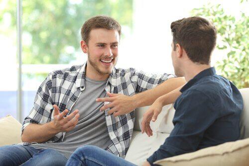 to mænd taler sammen