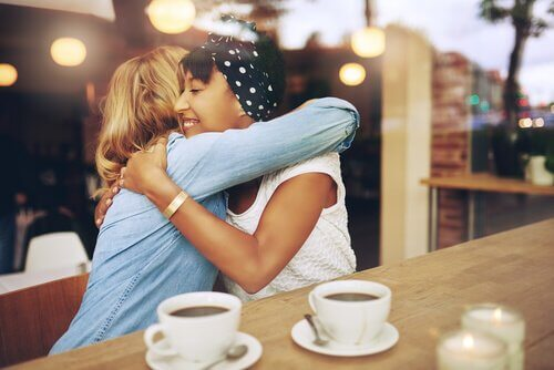 Sunde venskaber illustreres af veninder, der krammer på café