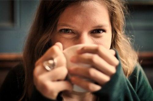 Prøv at drikke en kop varm te
