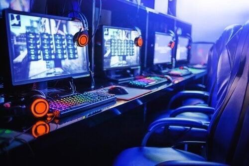 Mange computere ved siden af hinanden