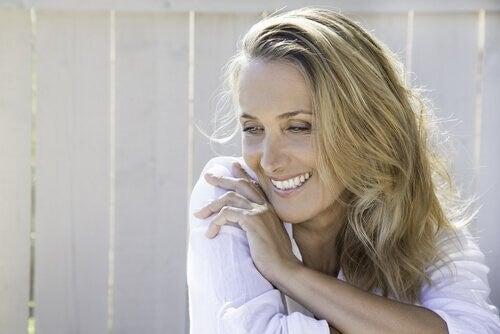 Smilende kvinde gennemgår psykosocial udvikling