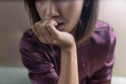 En kvinde med fingrene i munden