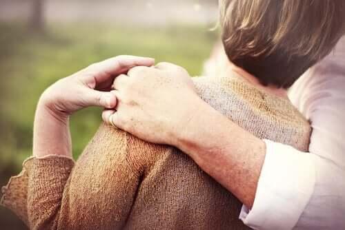 ældre ægtepar, der holder om hinanden