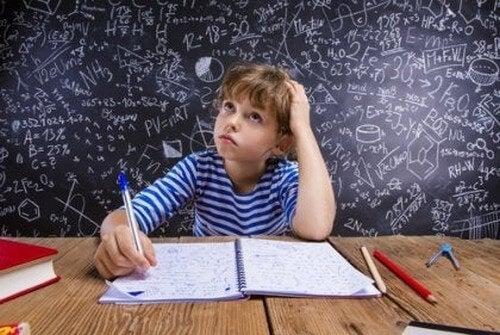 Dreng laver lektier, som er matematik