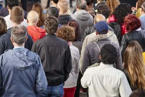 Folkemængde set bagfra