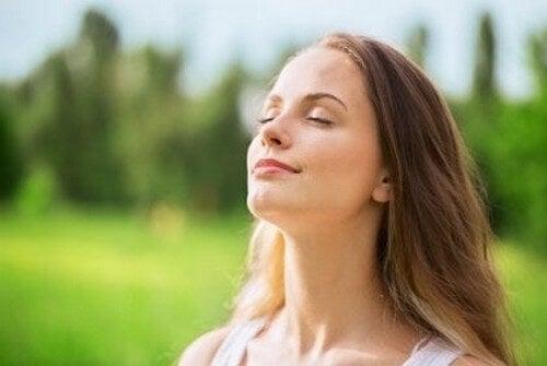 Fredfyldt kvinde trækker vejret dybt