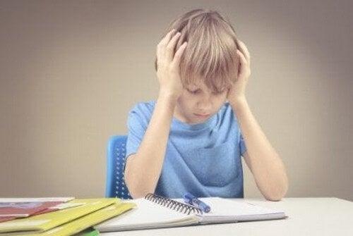 Frustreret dreng laver lektier