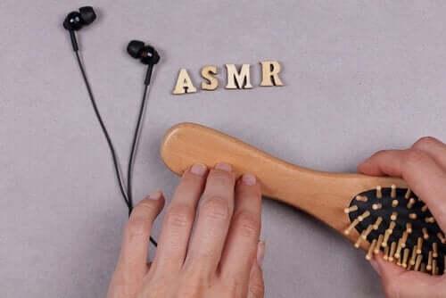 hårbørste og høretelefoner