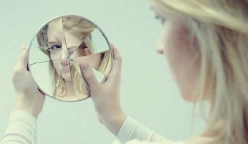 kvinde, der kigger i knust spejl