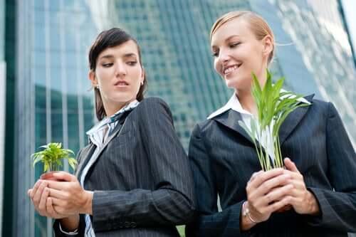 kvinde, der kigger på kollega med misundelse