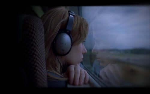 kvinde, der kigger ud af vinduet i tog