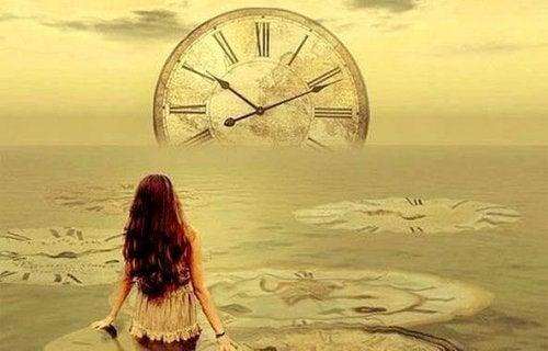 Kvinde ved hav med ure i illustrerer stilstand og tilbagegang