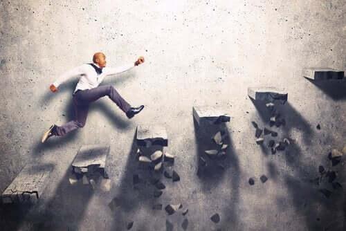 Mand løber på trappetrin, der går i stykker