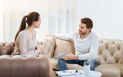 Par diskuterer i sofa