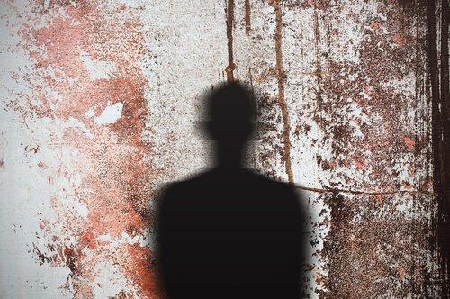 Genovese syndromet illustreres af skygge på blodig væg