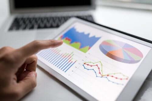 Person ser på spredning i statistik på tablet