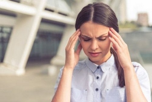 Stresset kvinde forsøger at forblive rolig under en krise