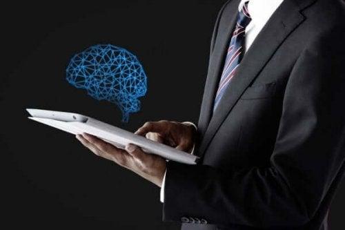 Forretningsmand får lysende hjerne frem fra iPad for at opnå informeret samtykke i psykologi