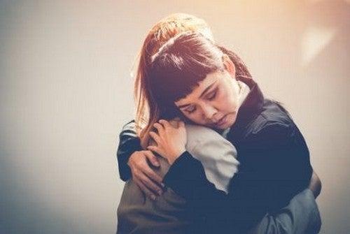 To kvinder giver hinanden et kram