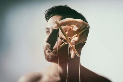 Dukkefører i mands hoved illustrerer hjernevask