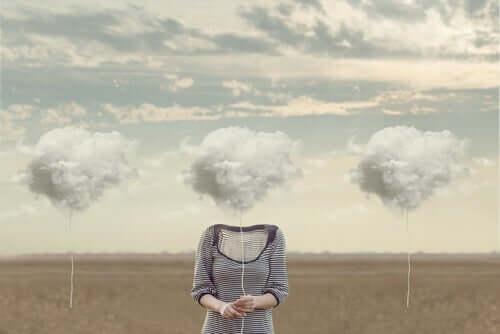 Kvinde på mark har sky som hoved