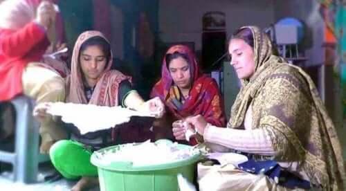 Kvinder i Indien producerer hygiejnebind