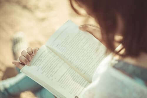 kvinde, der læser