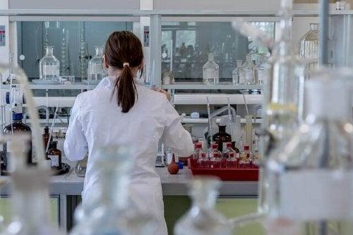 Kvinde i laboratorium anvender forskellige typer af videnskabelige metoder