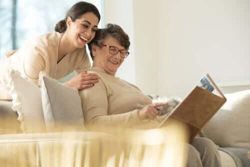 Kvinde krammer ældre kvinde som del af pleje af afhængige personer