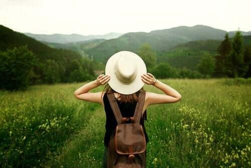 Kvinde foran smukt landskab