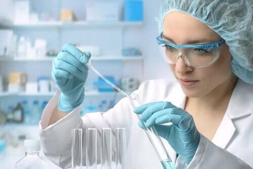 Kvinde med reagensglas