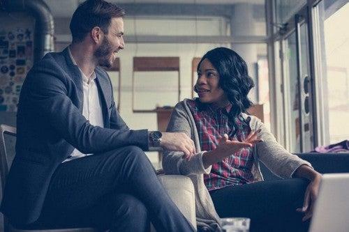 Mand og kvinde har en samtale