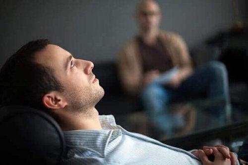 Mand træner MR terapi mod søvnparalyse