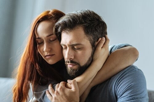 Kærligt par krammer hinanden