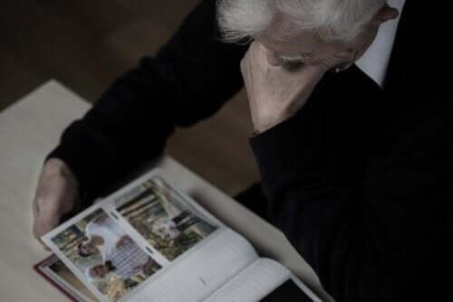Mand kigger på billeder for at træne hukommelsen som en del af terapi til demens