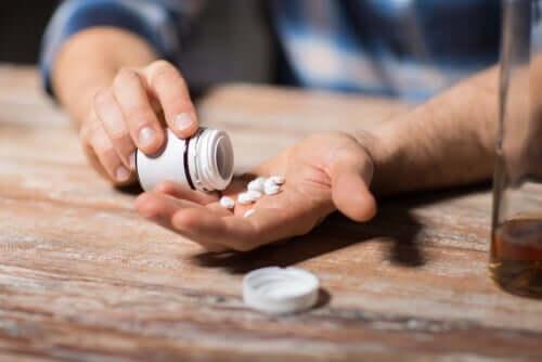 Mand med piller i hånd