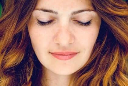 Kvinde med lukkede øjne