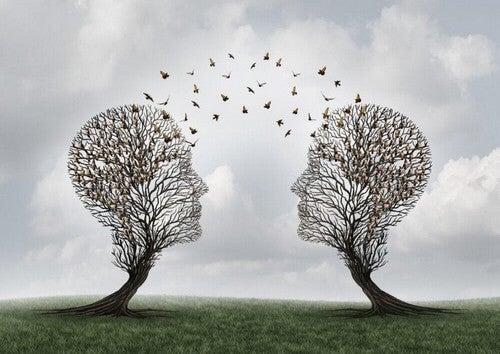 To træer formet som ansigter med fugle, der flyver ud