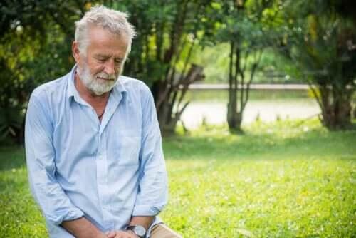 Ældre mand i have med sø