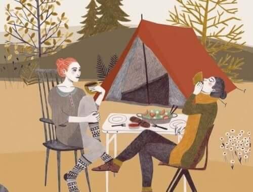 Veninder nyder middag sammen på telttur