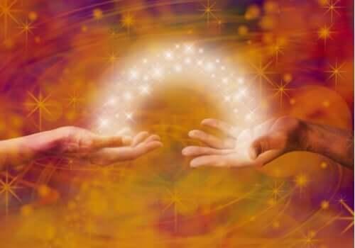 energi strømmer mellem to hænder