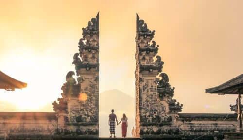 mand og kvinde ved et tempel