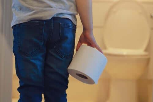 Barn med toiletpapir lider af enkoprese