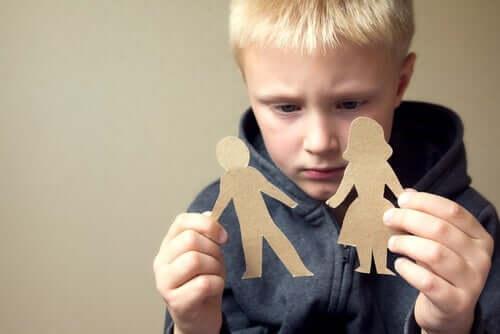 Dreng med papirsklip af far og mor symboliserer delt forældremyndighed