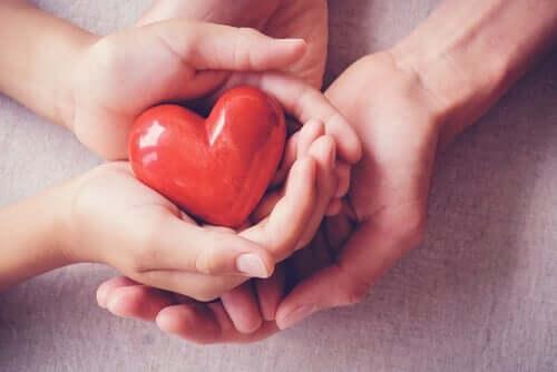 et hjerte i et par hænder symboliserer medfølende empati