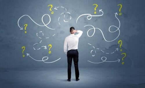 Mand med mange spørgsmålstegn bruger synectics til problemløsning